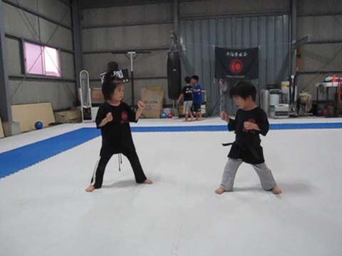 MOMO (5 years old) and KOTARO (3 years old) brothers-and-sisters confrontation